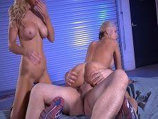 Se marca un tremendo trío porno con dos rubias muy putas.. - Trios Porno