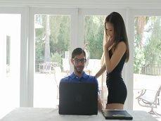 La señora Kalina Ryu se quiere follar al informático.. - Asiáticas