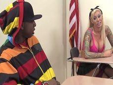 Este chico negro hace lo posible para quedarse con la profesora - Interracial