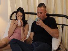 La lleva a casa, le ofrece un café caliente y mucha leche.. - Sexo Gratis