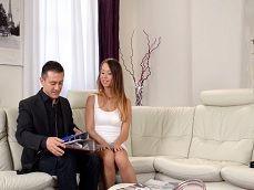 La chica se le insinúa al agente de la inmobiliaria.. - Redtube