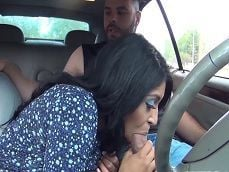 La pone cachonda en el coche y se la chupa, uuf! - Sexo Gratis
