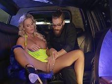 Phoenix Marie se pone muy cachonda en la limusina.. - Toro Porno