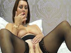 La viuda se abre de piernas para hacerse una buena paja! - Masturbaciones