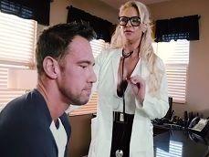La doctora no parará hasta que se acabe follando al paciente - Sexo Gratis
