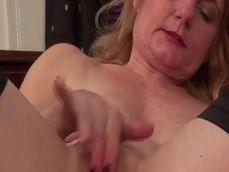 No veas con la abuela, como se masturba cachonda en la cama - Abuelas