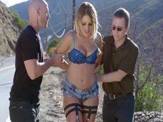 La detienen por prostituirse en una carretera, menuda señora puta !! - Zorras