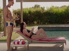 Angela White acaba follando con el joven chico de la piscina - Tetonas