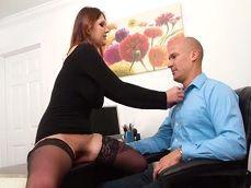 La mujer empieza fuerte en la oficina, se folla al jefe bien fuerte - Milf