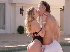Mia Malkova es muy zorra, se folla a un amigo de su marido - Sexo Gratis