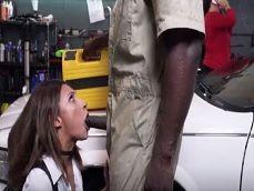Acepta que el mecánico se la folle para que le arregle el coche - Interracial