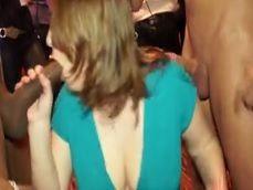 Guarra amateur mamando a dos bandas en la despedida de soltera - Orgias