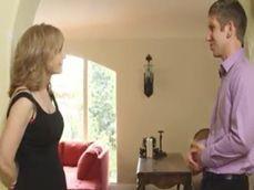 Casada caliente se queda a solas con el comercial de la agencia - Casadas