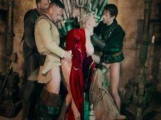 Rebecca More haciendo una orgía en un castillo medieval - Orgias