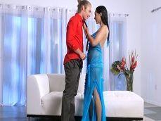 Después de la cena romántica se lleva al joven a su casa - Actrices Porno