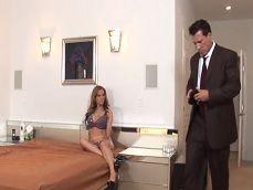 Llega de trabajar cansado y su mujer le espera en la cama - HD
