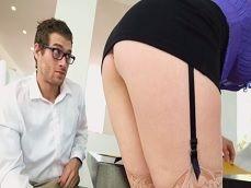 El joven no da crédito al tremendo culo que tiene su nueva jefa - Cerdas