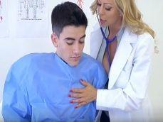 La doctora Alexis Fawx trata muy bien a este joven paciente - Pornhub