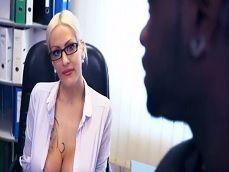 La secretaria se toca cuando está a solas con su jefe negro - Interracial