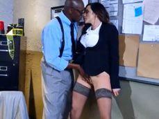Su compañero de oficina le echa mano al coño y ella se deja follar - Interracial