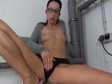 Se masturba la muy puta en la lavandería, mientras hace la colada - Masturbaciones