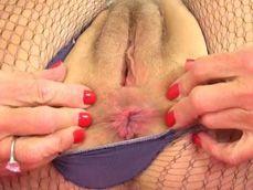 La abuela se rompe las medias para enseñarnos su maduro coño - Abuelas
